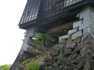 戌亥櫓を支える石垣